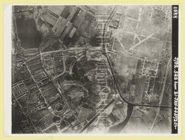 Luchtfoto van Schiphol met omgeving.