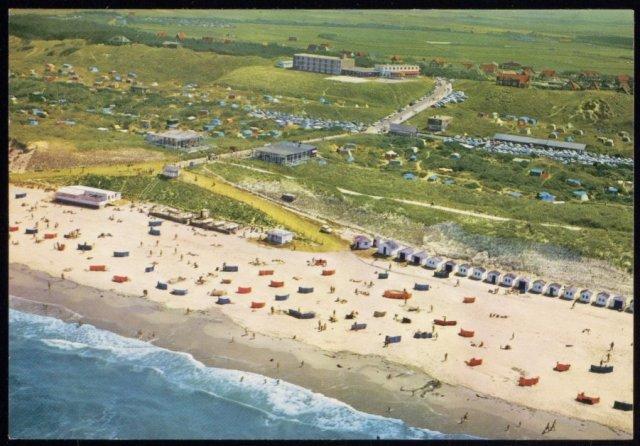 Luchtfoto van het strandleven bij De Koog.