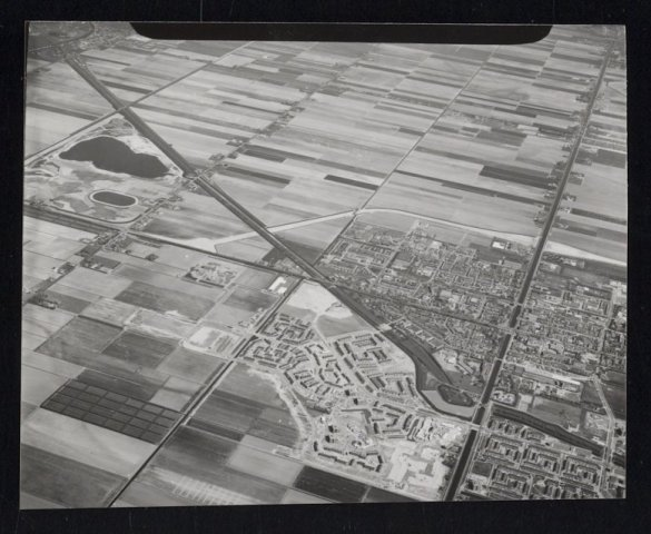 Luchtfoto van Hoofddorp-west met schuins door het beeld de Geniedijk.