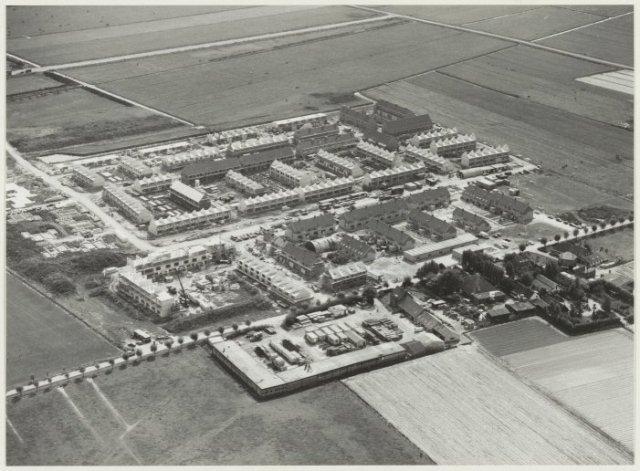 Luchtfoto van Velserbroek als nieuwe wijk in wording.