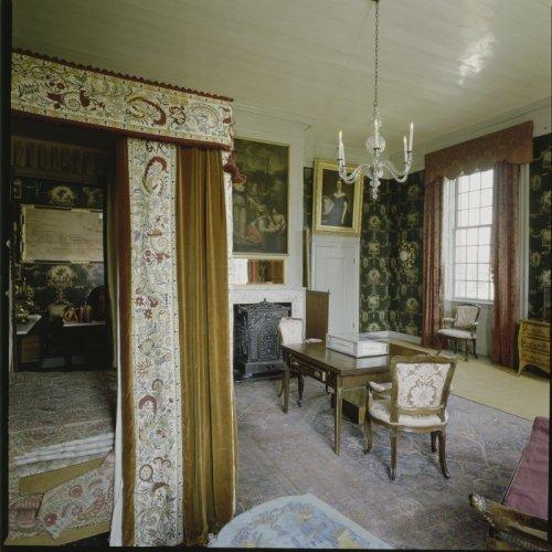 Interieur overzicht van de koningskamer met schouw met schilderij schouwstuk er boven - Entree schilderij ...