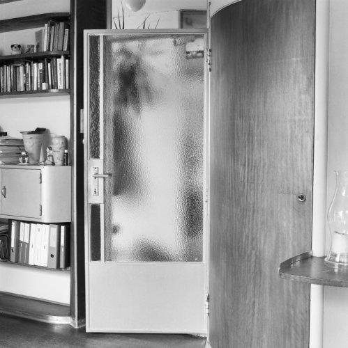 Interieur, deur met metalen kozijn van de hal naar de werkkamer en ...