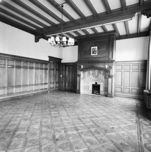 interieur begane grond zit en biljartkamer in oud hollandse stijl met een jugendstil schouw