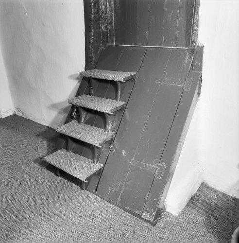 Interieur ingang van kelder en trap naar opkamer for Exterieur kelder