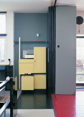 Woonkamer met wanden en vloer in contrasterende kleuren geschilderd ...