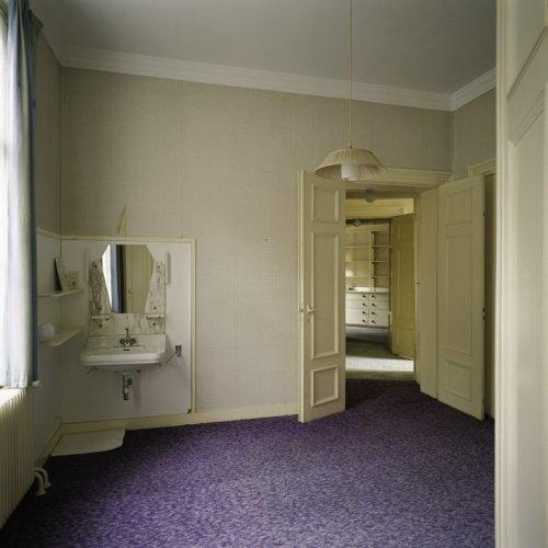Interieur, overzicht van slaapkamer met wastafel en met doorkijk ...