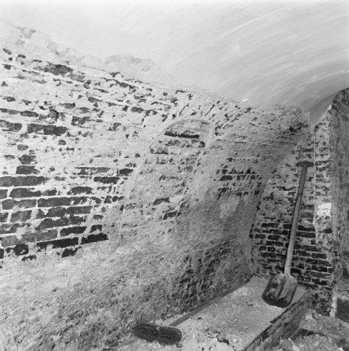 Interieur kelder tijdens restauratie bekijken for Exterieur kelder