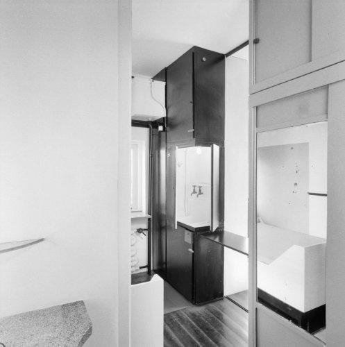 interieur slaapkamer truus schrder vanuit de badkamer de zwarte kast met wastafel is op de foto geopend
