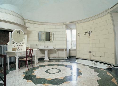 Marmeren Badkamer Vloer : Ronde badkamer in hoektoren met marmeren vloer in geometrische