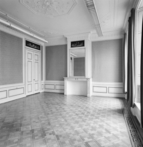 Interieur bel etage eetzaal met schouw