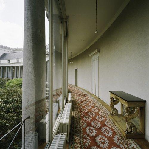 Interieur, overzicht van de colonnade van de Baarnse vleugel ...