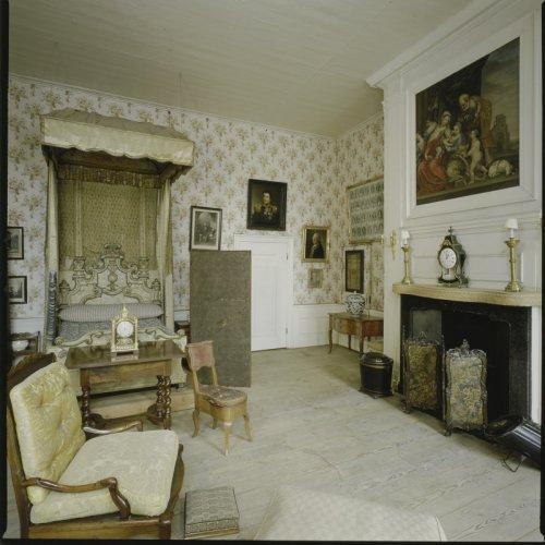 Interieur overzicht van de lodewijkkamer met schouw en schilderij schouwstuk boven de schouw - Entree schilderij ...
