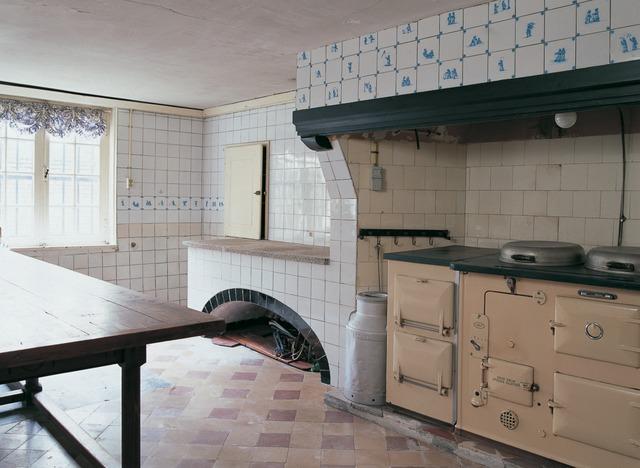 Keuken Schouw Tegels : Negentiende eeuwse keuken met natuurstenen vloer met wanden met