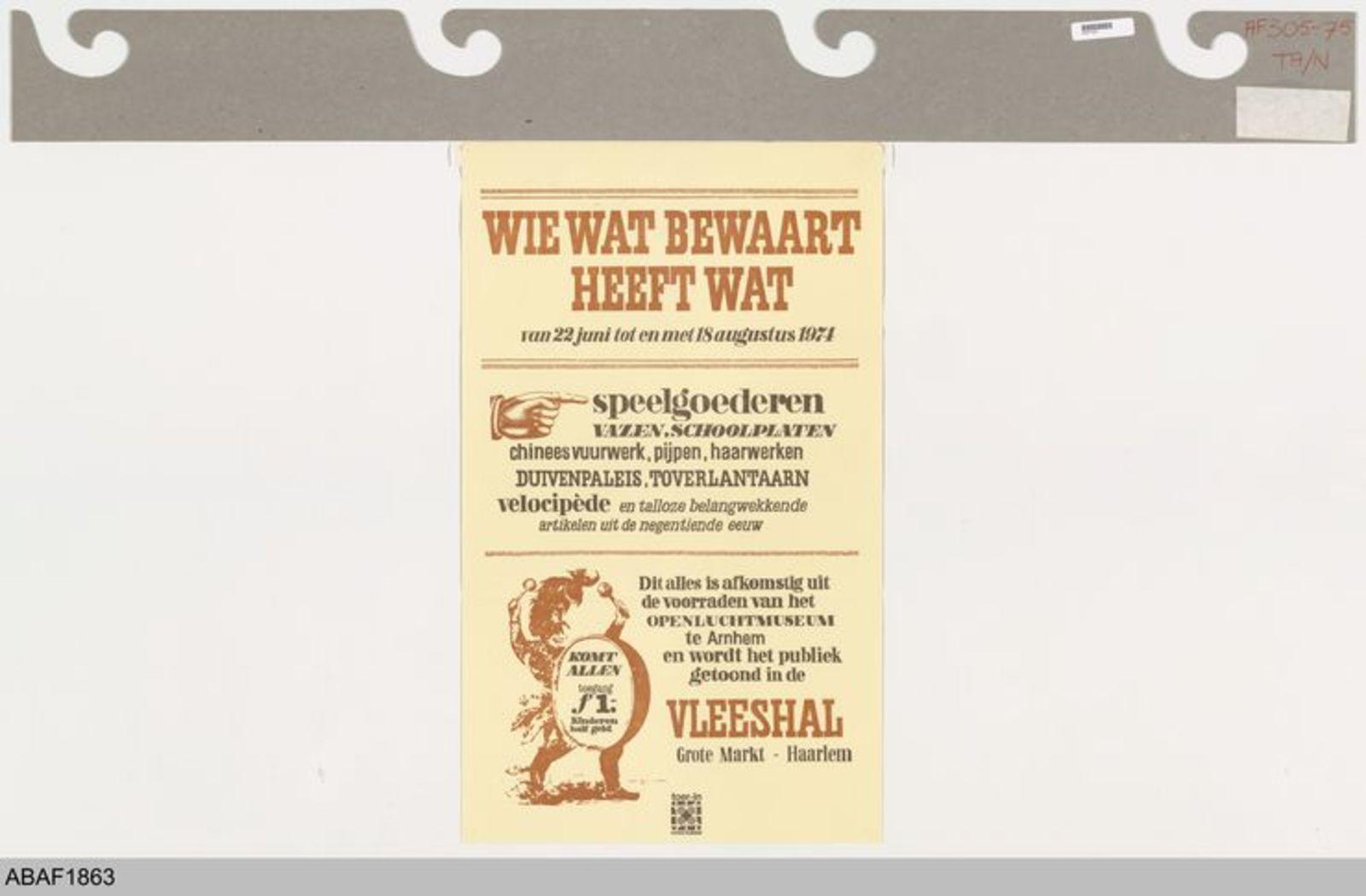 Wie wat bewaart die heeft wat. van 22 juni t/m 18 augustus 1974. Speelgoederen, vazen, schoolplaten, duivenpaleis uit de negentiende eeuw. Dit alles afkomstig uit de voorraden van het Openluchtmuseum te Arnhem en wordt het publiek getoond in de Vleeshal Haarlem.