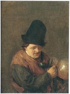 Een man met steengoed bierkan
