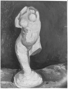 Beeld in gips: vrouwelijk torso op een been, van voren af gezien