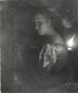 Een luitspelende jonge vrouw bij kaarslicht