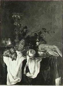 Stilleven met fruit, glas- en zilverwerk en kreeft op een donker kleed met wit servet