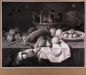 Stilleven van konijnen, twee kippen in een mand en vruchten; links een hond