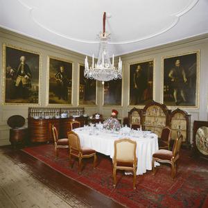 Eetzaal met voorouderportretten van de familie Van Tuyll van Serooskerken