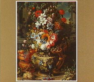 Tuinvaas met bloemen voor een zuilengalerij