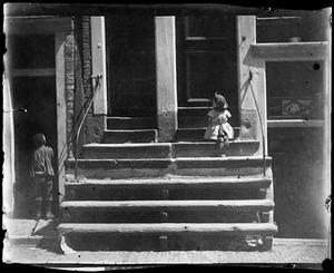 Meisje op de trap in de Vinkenstraat te Amsterdam