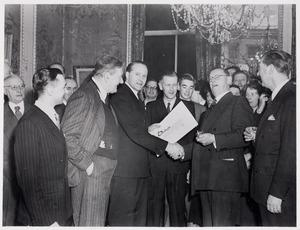 Uitreiking Kunstprijs voor de Sport van het Prins Bernhard Fonds aan Herbert Fiedler in 1958.