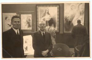 Martien Beversluis (l.) en Han van Meegeren tijdens een tentoonstelling van laatst genoemde in het Panorama Mesdag