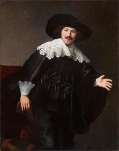 Portret van een man die uit een stoel opstaat