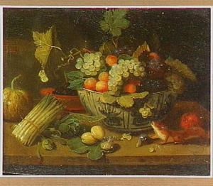 Stilleven met vruchten in een Wan Li-schaal, groente en een eekhoorn