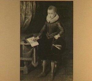 Portret van een jongen ten voeten uit