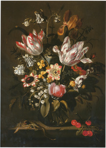 Bloemen in een glazen vaas, met een hagedis en een takje kersen, op een stenen plint