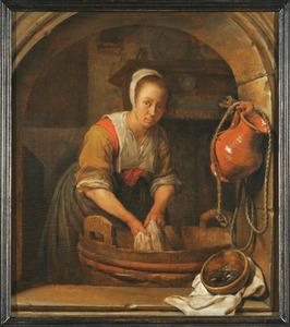 Vrouw die textiel wast in een tobbe