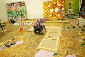 Portret van Rob Birza in zijn atelier