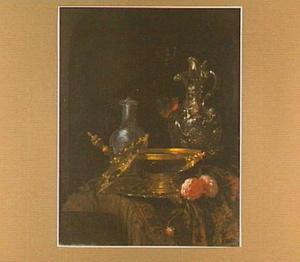 Stilleven met Holbeinschaal en glazen schenkkan