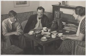 Fiedler en Amrey bij beeldhouwer Kurt Radke -mede ontwikkelaar van het steenschilderen concept, Berlijn 1932.