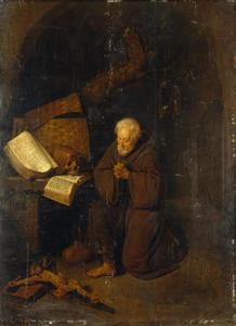 Kluizenaar biddend bij een liggend kruisbeeld
