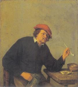Rokende man met een  kan bij een tafel