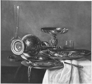 Stilleven met scheefliggende Jan-Steenkan, tinnen vaatwerk, fluitglas, tazza, horloge en bokking