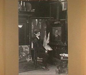 Portret van de schilder Constant Jozeph Alban (1873-1944) in zijn atelier op de Van der Honaertstraat 11, Rotterdam