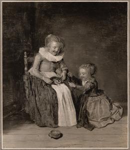 Twee meisjes die met een kat spelen in een interieur