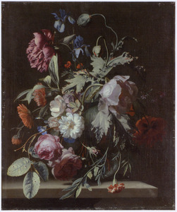 Vaas met bloemen op een stenen tafel