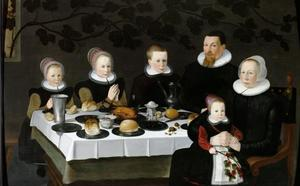 Familieportret van een onbekend, mogelijk protestants, gezin rond een gedekte tafel
