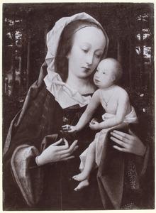 Maria met kind voor een wand van gebladerte