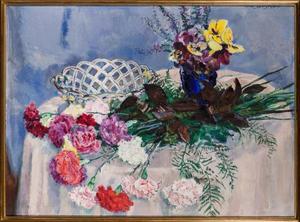 Stilleven met anjers en blauw vaasje met viooltjes op een tafel