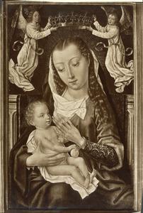Maria met kind, gekroond door twee engelen