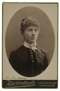 Portret van mogelijk Martina Johanna Adriana van Fenema (1867-1933)