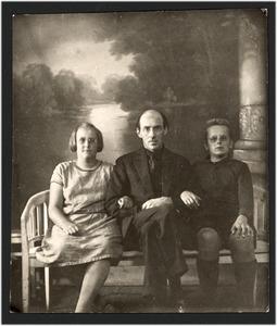 Jacob Bendien en twee kinderen op een bankje, mogelijk in het atelier van een fotograaf