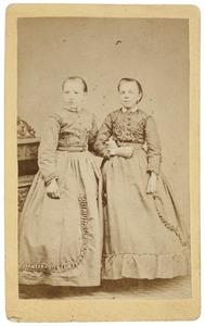 Portret van Elisabeth Jans Heeringa (1857-1934) en Jetske Wiarda (1858-1950)