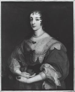 Portret van koningin Henriëtte Maria, staande naar links, met haar handen voor zich gevouwen